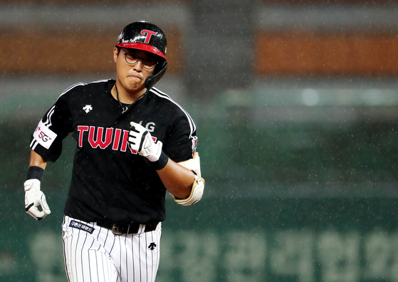 Chae Eun-seong of the LG Twins rounds the bases after hitting a three-run home run during a game against the SK Wyverns at Munhak Baseball Stadium in Incheon on July 29. [YONHAP]