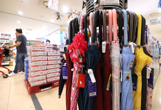 Umbrellas are displayed at a discount store in Seoul on Monday. Due to exceptionally heavy rain this year, retailers saw sales surge for seasonal products such as boots, raincoats and umbrellas. [YONHAP]