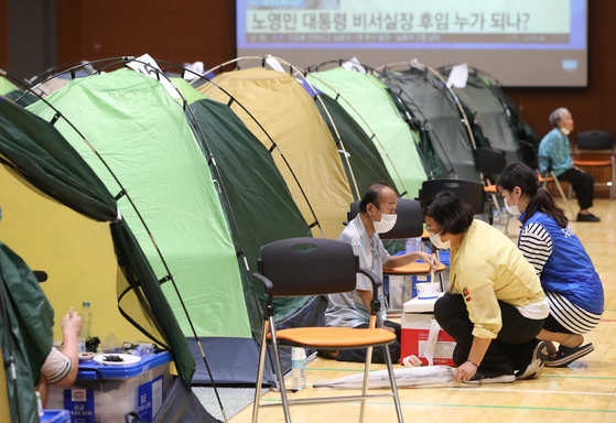 People displaced by recent floods take shelter in a gymnasium of a school in Gurye County, South Jeolla, on Monday. While Korea goes through a protracted rainy season, a typhoon approaches the peninsula. [NEWS1]