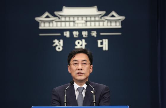 Presidential spokesman Kang Min-seok announces the Blue House reshuffle on Monday. [YONHAP]