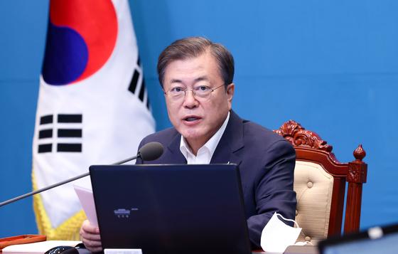 President Moon Jae-in hosts a senior secretariat meeting at the Blue House on Monday.  [YONHAP]