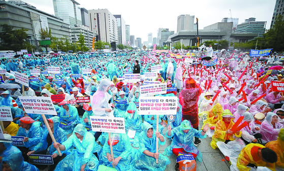 Tens of thousands of small merchants and owners of mom-and-pop stores from across the country protest a sharp increase in the minimum wage on Gwanghwamun Square in August 2018. [YONHAP]