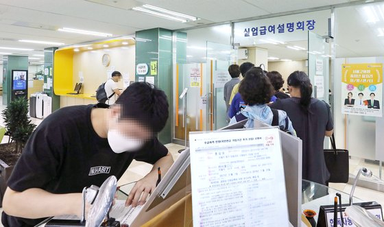 Job seekers enter a Korea Employment Information Service center in Jung District, central Seoul, for information about unemployment benefits on July 15. [NEWS1]