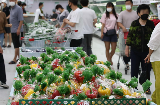 People shopping for vegetables at a discount mart in central Seoul on Monday. [YONHAP]