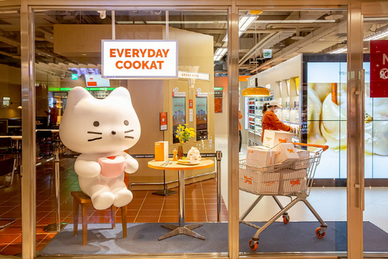 An offline store of Cookat recently opened at Coex in Samseong-dong, southern Seoul, where customers can buy home meal replacement products and cook it on the spot to eat. [COOKAT]