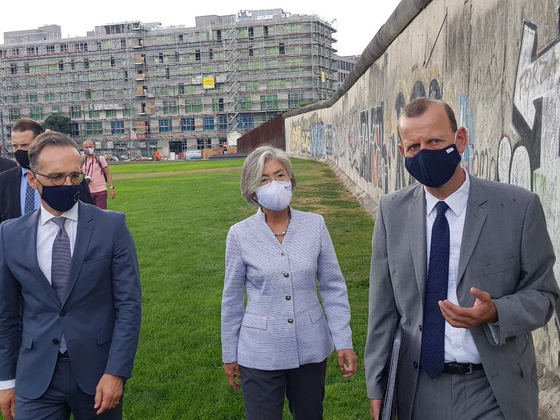 Korean Foreign Minister Kang Kyung-wha, center, and German Foreign Minister Heiko Maas, right, visit the Berlin Wall Memorial in Germany after holding talks on Monday. [YONHAP]