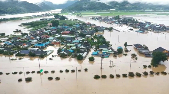 A village along the Seomjin River in Namwon, North Joella, was flooded on Saturday after a nearby dike collapsed. Over 300 residents lost their homes.  [YONHAP]