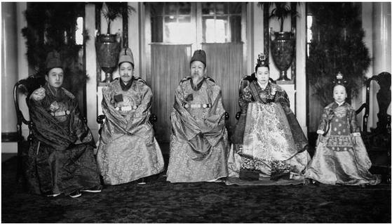 Family picture of Gojong taken in 1918 inside the Seokjojeon in Deoksu Palace. [SEOUL NATIONAL UNIVERSITY MUSEUM]