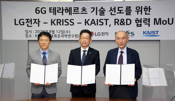 Representatives from LG Electronics, KAIST and Korea Research Institute of Standards pose after signing an agreement on cooperation for 6G on Wednesday in Daejeon. [YONHAP]