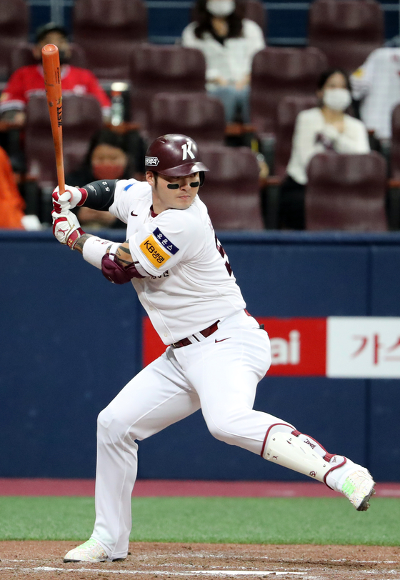 Park Byung-ho of the Kiwoom Heroes hits his 20th home run of the season during a game against the Hanwha Eagles on Tuesday. [YONHAP]