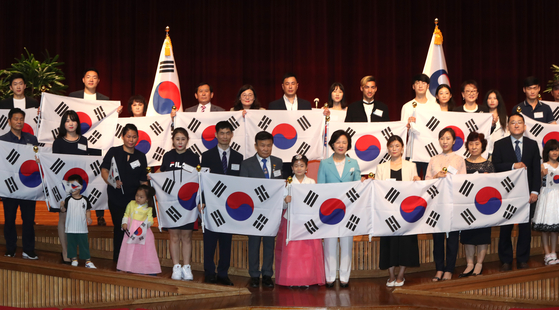 Justice Minister Choo Mi-ae, center, poses for a group photo with descendants of independence fighters who acquired Korean citizenship at the Central Government Complex in Gwacheon, Gyeonggi, on Wednesday. The Justice Ministry conferred Korean citizenship on 21 descendants of independence fighters during the Japanese colonial period to mark the 75th Liberation Day, which falls on Aug. 15.   [YONHAP]