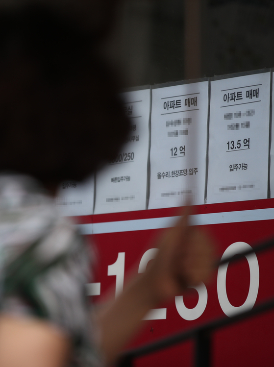 Advertisements for apartments for sale are posted in the window of a real estate agency in Mapo District, western Seoul, on Wednesday afternoon. According to Real Estate 114, a local property information provider, the average price of an apartment in Seoul reached 1.005 billion won ($848,000) as of the end of July, an all-time high. It is the first time that the average price of an apartment has broken the 1-billion-won level. [YONHAP]