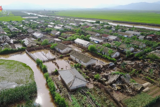 A state media photo showing a village in North Hwanghae Province flooded after heavy rains hit the area on Aug. 8. North Korean leader Kim Jong-un visited the area and ordered emergency food relief to be distributed, according to Korean Central TV. [YONHAP]