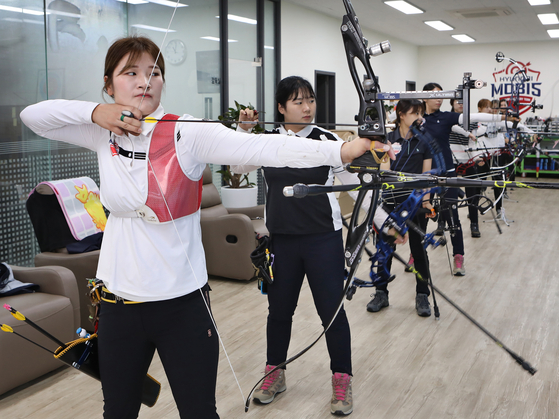 Kang Chae-young trains with her Hyundai Mobis women's archery team teammates. [PARK SANG-MOON]