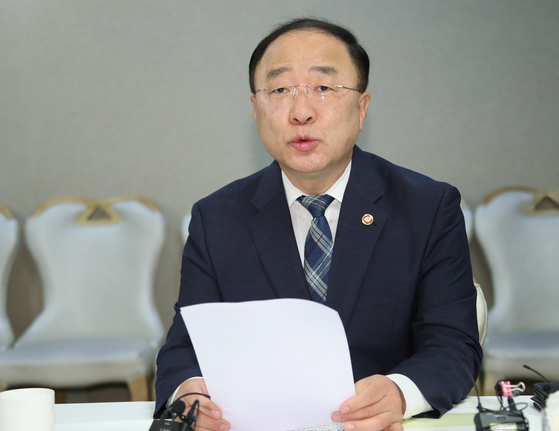 Finance Minister Hong Nam-ki speaks at a meeting held in the administrative office in Sejeong. [YONHAP]