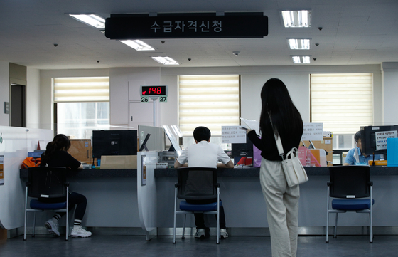People wait to apply for unemployment benefits at an employment center in Mapo District, western Seoul. [NEWS1]