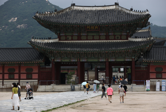 Visitors tour around the Gyeongbok Palace in central Seoul on Sunday afternoon. Outdoor cultural facilities such as palaces will open as usual. [YONHAP]