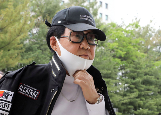 Singer Cho Young-nam shows up at the Supreme Court located in Seocho-dong, southern Seoul, on May 28 to attend a plea session. [YONHAP]