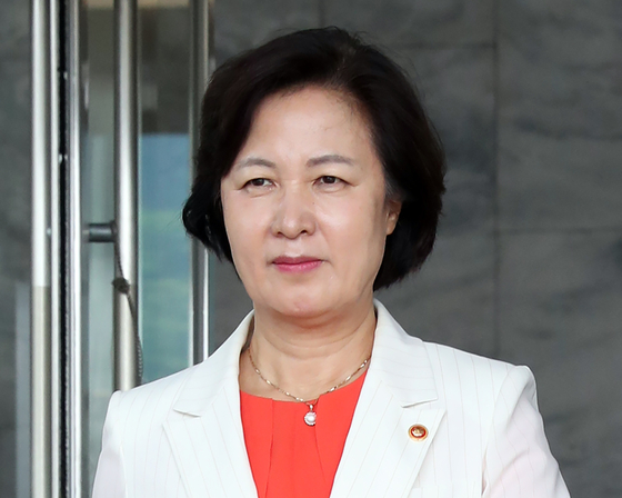 Justice Minister Choo Mi-ae leaves the Ministry of Justice building in the Government Complex in Gwacheon, Gyeonggi, on Aug. 7 after the ministry announces the reshuffle of senior prosecutors.  [YONHAP]