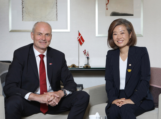 From left, Einar Hebogard Jensen, ambassador of Denmark to Korea, and Yangyi Won-young, lawmaker of the Democratic Party, speak about Denmark and Korea's renewable energy policies at the Danish diplomatic residence in central Seoul on July 28. [PARK SANG-MOON]
