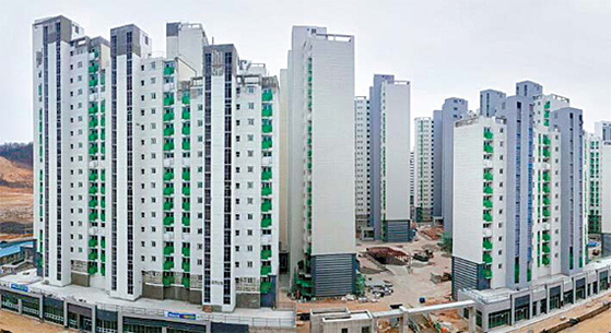 Apartments for public rent built in 2018 at Galmae District, Guri City, Gyeonggi, for low-income people. Tenants can live there without rent hikes for 10 years and own their apartment afterwards. The administration plans to construct 2.4 million cheap public apartments by 2025. [LH]