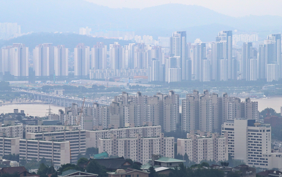 View of Seoul from Mount Namsan on Aug. 14. A recent survey by the Korea Research Institute for Human Settlements have found that more people expect jeonse prices to go up as landlords are switching to monthly rent, further reducing the available jeonse rents. [YONHAP]