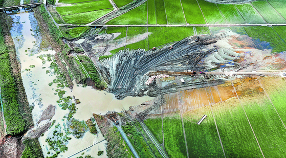 An embankment along the Munpyeongcheon stream, a tributary of the Yeongsan River in South Jeolla, was breached on Aug. 8, flooding nearby farmland. [JANG JUNG-PIL]