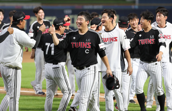 The LG Twins celebrate after picking up a win against the NC Dinos at Changwon NC Park in Changwon, South Gyeongsang on Sunday. [YONHAP]