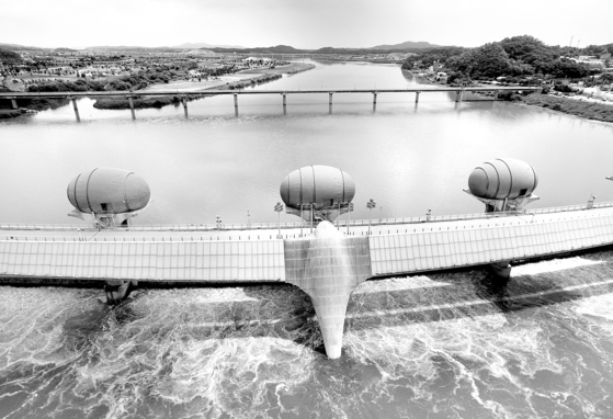 Ipo Weir, built on a tributary of the Han River running across Yeoju City, Gyeonggi, for instance, was criticized by the Board of Audit and Inspection in the Moon Jae-in administration in 2018 for its poor performance. [NEWS1]
