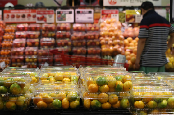 Boxes of fruits and vegetable for sale at a discount supermarket in Seoul on Monday. Prices of fruits and vegetables are spiking as many farms have been damaged by the recent heavy downpours. This month, the wholesale price of Nappa cabbages surged 84 percent compared to a year ago, while squash prices went up 73 percent. The government last week announced that it will release its stockpile in trying to lower the surging fresh produce prices. [YONHAP]