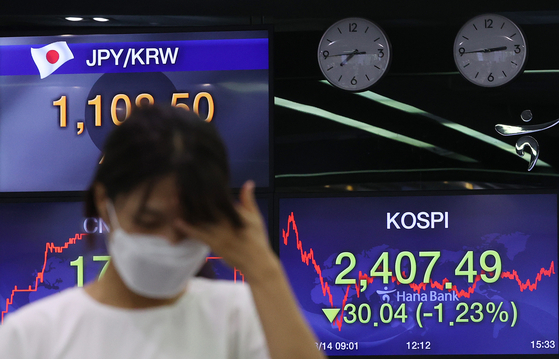 A board at Hana Bank in central Seoul shows Kospi closed 30.04 points or 1.23 percent lower compared to the previous day on Friday. [YONHAP]