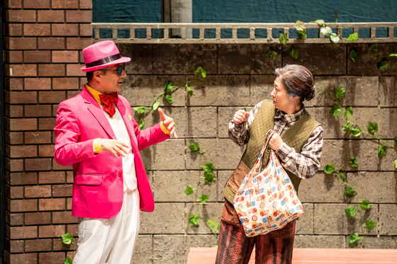 Scene from the film when Park Dong-man (played by Kim) and Lee Jeom-soon (played by Cha) meet. [SEOUL ARTS CENTER]