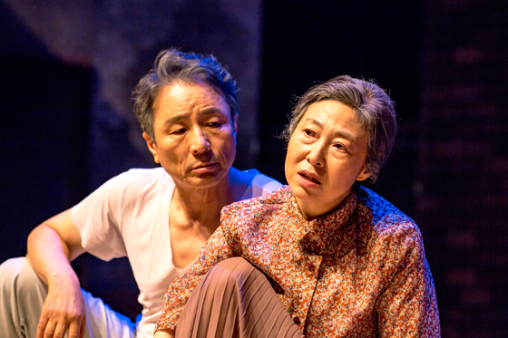 """Actors Kim Myung-gon, left, and Cha Yoo-kyung portray the two elderly characters falling in love in """"The Story of an Old Couple: Stage Movie,"""" which hits the multiplex theater chain CGV on Wednesday. [SEOUL ARTS CENTER]"""