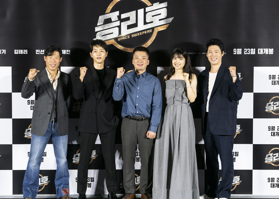 """From left, actors Yoo Hae-jin, Song Joong-ki, director Cho Sung-hee, actors Kim Tae-ri and Jin Seon-kyu pose at the online press event of their upcoming movie """"Space Sweepers."""" [MERRY CHRISTMAS]"""