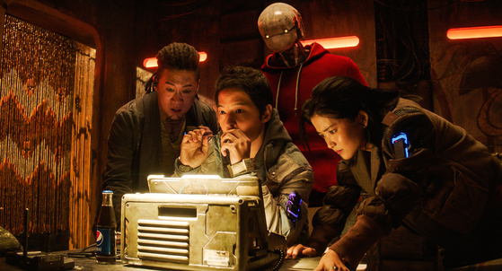 A scene from the film. From left, Tiger Park (played by Jin), Tae-ho (played by Song), Captain Jang (played by Kim) and at the back, Updongi the robot (played by Yoo). [MERRY CHRISTMAS]