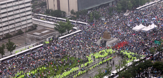Members of conservative groups rally in Gwanghwamun, central Seoul, on Saturday, Korea's Independence Day, to denounce what they called the corrupt practices of the Moon Jae-in administration. [NEWS1]