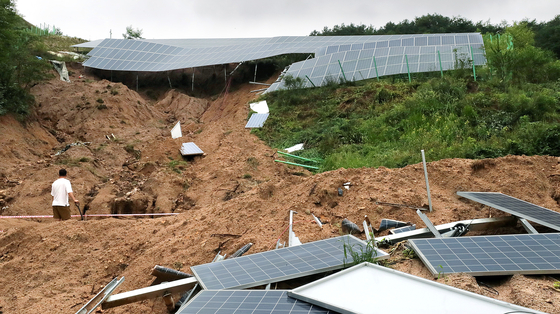 Recovery work after a landslide amid heavy rainfall takes place at a solar power plant in Daerang-dong in Jecheon, North Chungcheong, on Tuesday. [NEWS1]