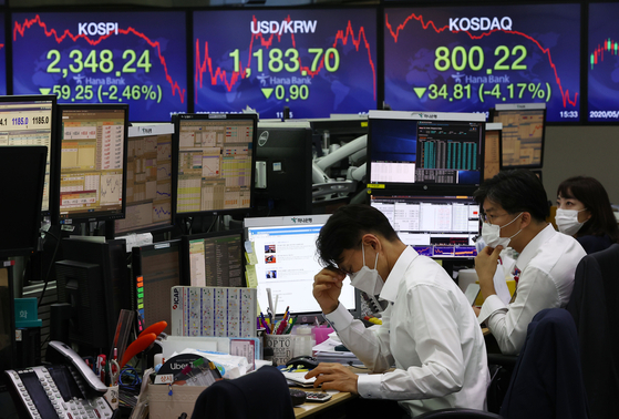 A sign at Hana Bank in central Seoul on Tuesday shows the Kospi closing 59.25 points lower than Friday's close, a 2.46 percent drop. It is the biggest decline since June 15, when the benchmark Kospi lost 101.48 points, or 4.76 percent, as the resurgence of the novel coronavirus scared retail investors, who unloaded shares. [YONHAP]