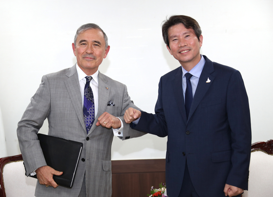 Minister of Unification Lee In-young, right, meets with U.S. Ambassador to South Korea Harry Harris at the Central Government Complex in central Seoul on Tuesday. [YONHAP]