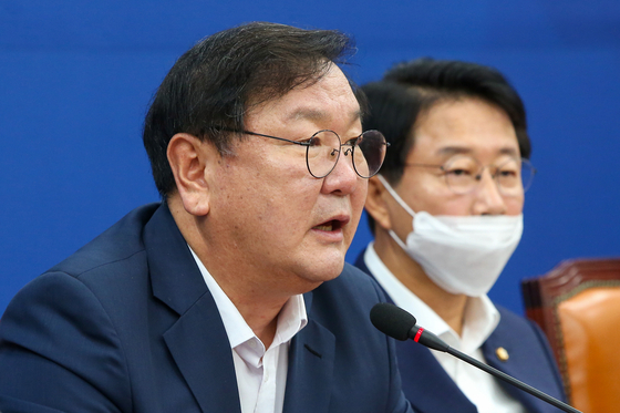 Rep. Kim Tae-nyeon, left, floor leader of the Democratic Party, speaks during a party meeting on Tuesday. Kim attacked the main opposition United Future Party for its participation in an anti-government rally on Saturday, where many protesters were believed to have been infected.  [YONHAP]