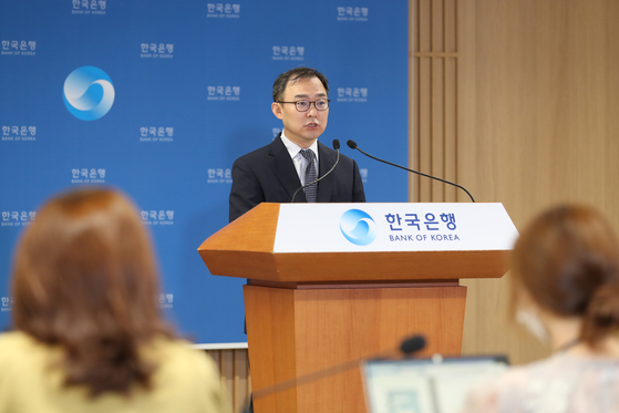 An official from the central bank explains household debt statistics at the Bank of Korea building in Jung District, central Seoul, Wednesday. [BANK OF KOREA]