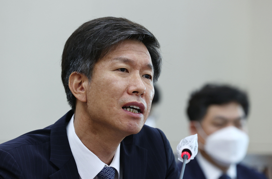 Kim Dae-ji, the nominee to head the National Tax Service, answers questions from lawmakers during his confirmation hearing at the National Assembly in Yeouido on Wednesday. [YONHAP]