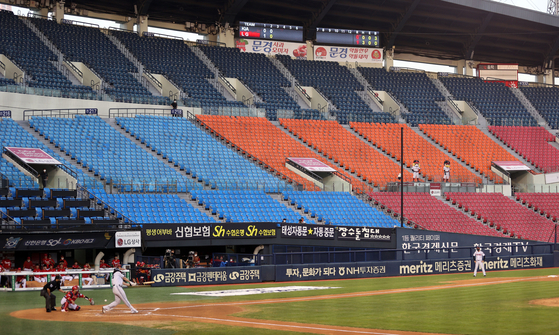 The LG Twins, in white, play the Kia Tigers in an empty Jamsil Baseball Stadium in southern Seoul on August 18. [YONHAP]