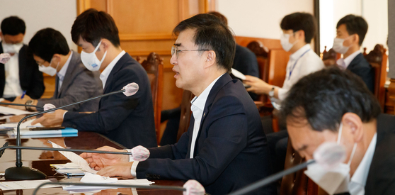 Financial Services Commission Vice Chairman Sohn Byung-doo speaks at a meeting Wednesday in Jung District, central Seoul. [NEWS1]