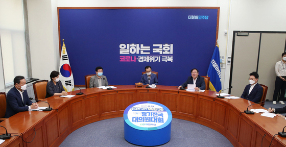 The Democratic Party rearranges the seats for its Supreme Council members to keep a larger distance from one another on Wednesday.  [YONHAP]