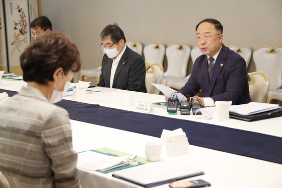 Finance Minister Hong Nam-ki hosts a government meeting on real estate issues at the government complex in Seoul on Wednesday. [YONHAP]