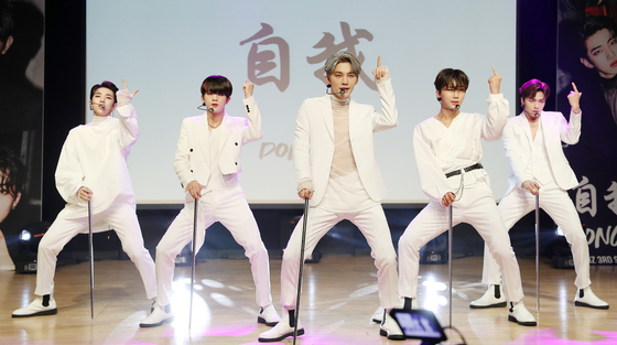 """Boy band Dongkiz performs its new track on Wednesday for the showcase of its third single """"Beautiful"""" at the Ilchi Art Hall in southern Seoul. [NEWS1]"""