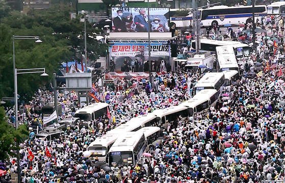 Members of conservative groups rally in Gwanghwamun, central Seoul, on Aug. 15, Korea's Liberation Day, to denounce what they called the corrupt practices of the Moon Jae-in administration. [YONHAP]