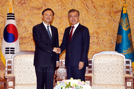 In this file photo, President Moon Jae-in, right, meets with Yang Jiechi at the Blue House on March 30, 2018. [JoongAng Photo]