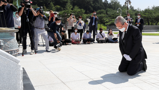 Kim Chong-in, interim leader of the main opposition United Future Party (UFP), kneels to pay respects at the May 18th National Cemetery in Gwangju on Wednesday. Kim is the first leader of the conservative party to offer an apology for some of the party members' denial of the 1980 Gwangju democratic uprising, in which hundreds were massacred by the military junta of Chun Doo Hwan. Kim also apologized for being part of the Chun regime. [YONHAP]